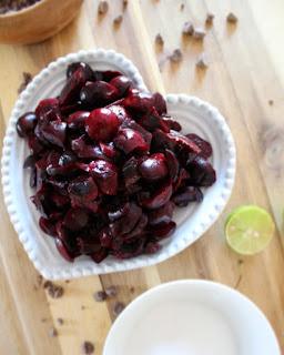 Helado de cerezas y chispas de chocolate