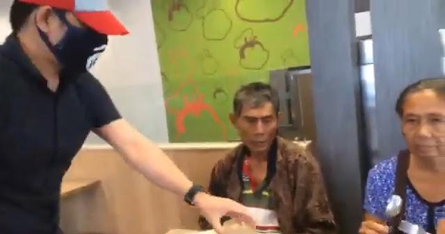 Isang Lalaki Nagpanggap Na Waiter, Para Surpresahin Ang Magulang na 5years ng hindi nakakasama