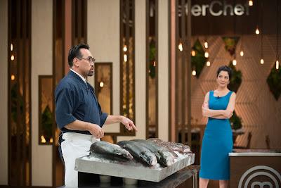 O chef convidado Jun Sakamoto orienta os competidores - Divulgação/Band