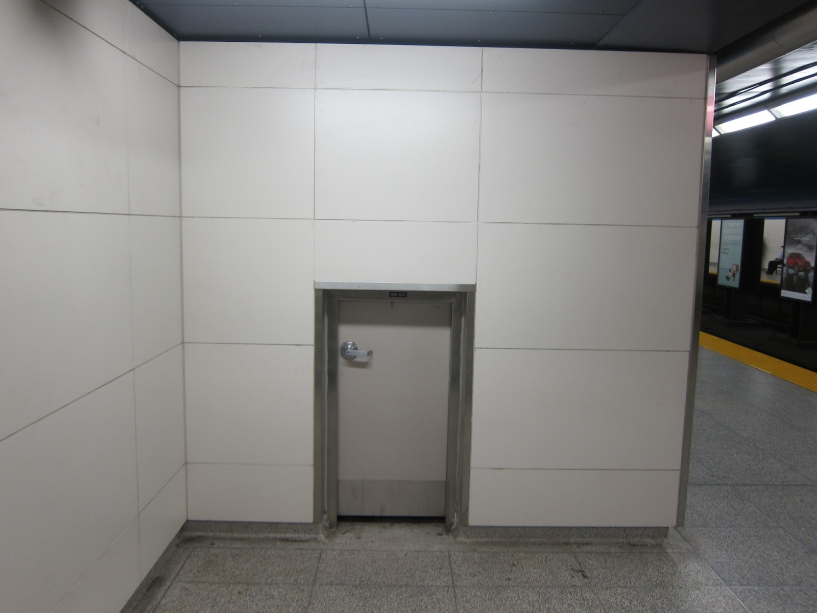 Pape station mini-door