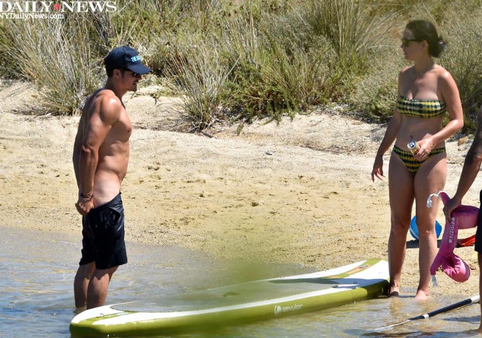 Katy Perrys Boyfriend Orlando Bloom Frolics The Beach -5368