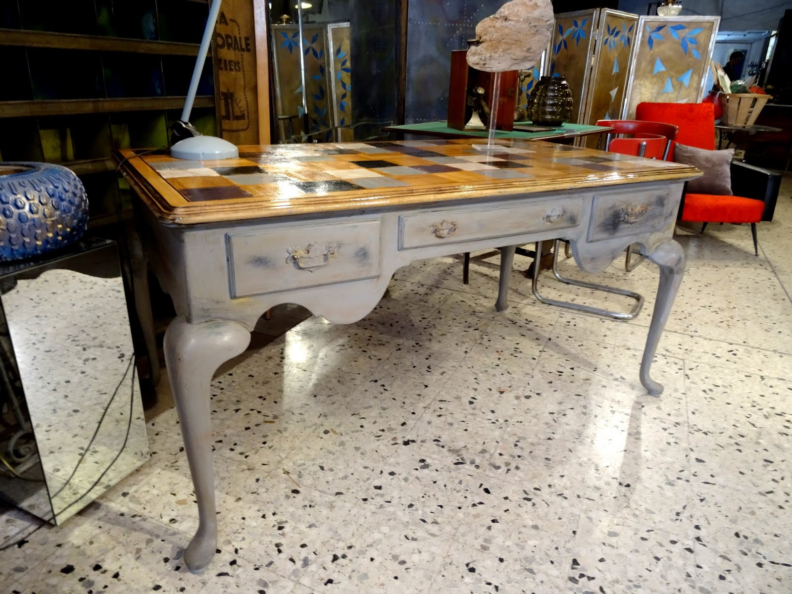 L atelier de philippe bureau style chippendale patiné gris et damier