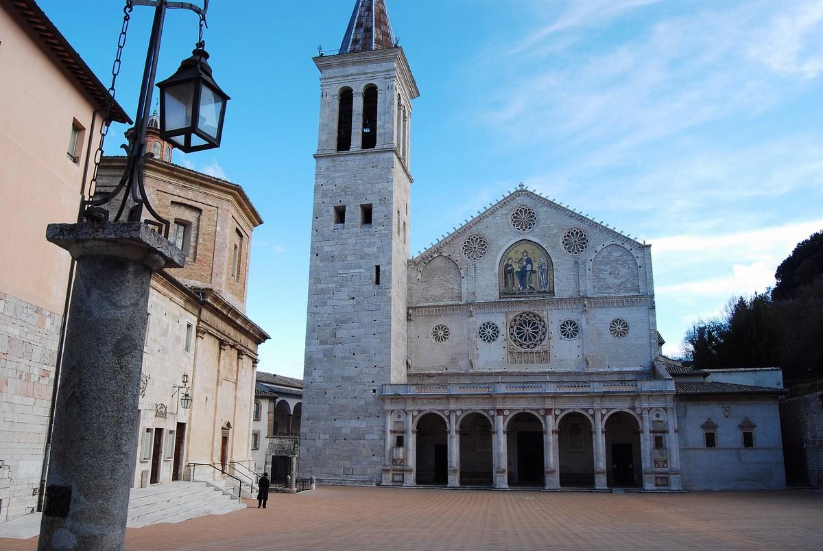 la cathédrale romane de Spolète, du XIIème siècle, abrite le tombeau de Filippo Lippi