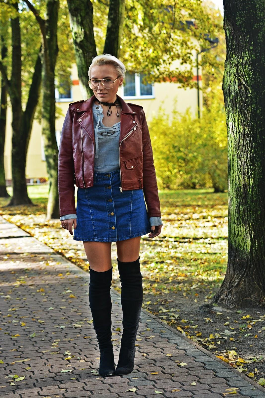 szary_plaszcz_spodnica_jeans_guziki_bordowa_ramoneska_karyner
