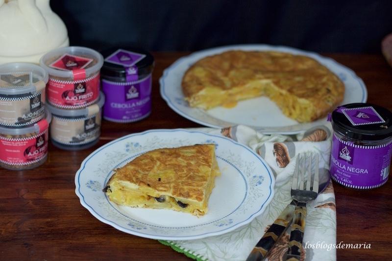 Tortilla de patatas y cebolla negra