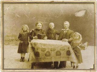 1908. Sindelar (al centro), con la madre Marie, il padre Jan, e le sorelle  Rosa e Leopoldine.