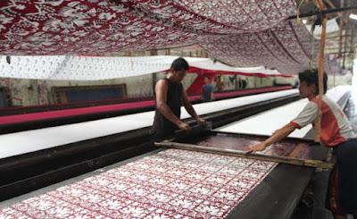Proses pembuatan batik printing manual