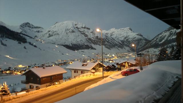 Vista di Livigno by night dalla finestra della camera