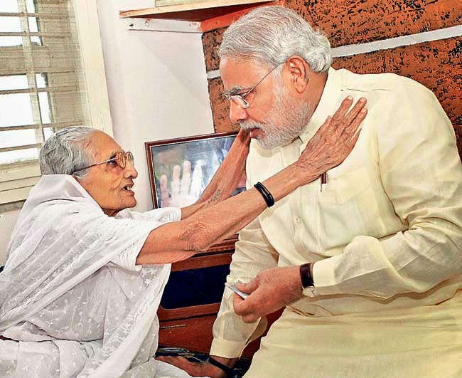 Narendra+Modi+With+His+Mom+Real+New+2014+HD+Photo+Gallery