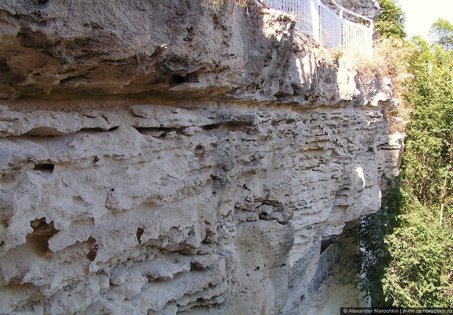 Известняковая скала монстыря Аладжа в Болгарии