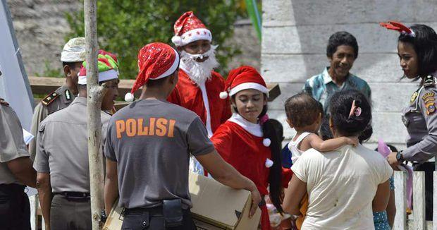 Polisi Berkostum Santa Claus Beri Kado ke Anak-anak di Bangkep Sulteng