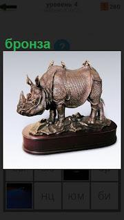 На постаменте сделана небольшая скульптура из бронзы носорога