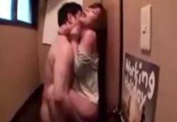 ผัวมัวแต่เมาเหล้าxxxเมียแอบเย็ดกับเพื่อนในห้องน้ำ โดนเมียสวมเขายังไม่รู้เรื่องอีก!