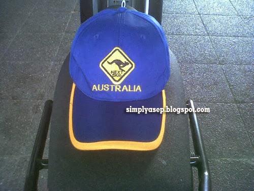 TOPI AUSTRALIA : Inilah merchandise berbentuk Topi dari Australia pemberian sahabat saya H.Daeng Effendy Ali yang kini hilang entah dimana. I am so sorry Pak Haji Daerng.  Foto Asep Haryono