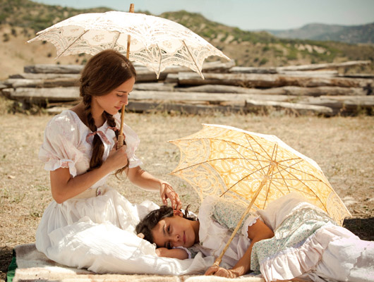 escena con referencias a Sorolla, las actrices visten de blanco con sombrilla