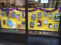 Photo de la vitrine de la Librairie du Vieux Bouc sur laquelle le livre Nouvelles Crépusculaires est entouré.