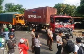 Akibat Rem Blong, Empat Kendaraan Beruntun di Jalur Pantura Semanding