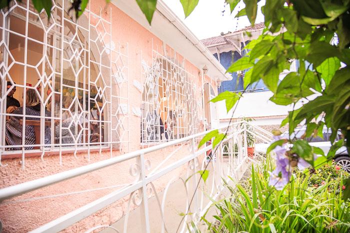 Detalhe do gradil da janela da frente da casa do Buffet Conte Outra Vez em Santos, fotografado por ericavighifoto