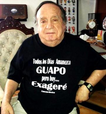 Foto de Roberto Gómez Bolaños sentado en su hogar