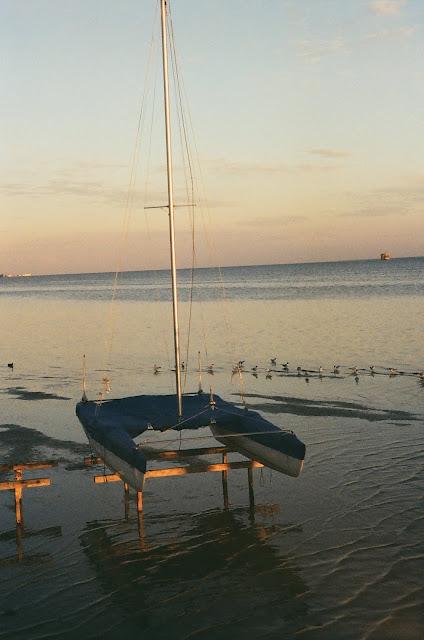 Katamaran na zatoce przy odpływie, Jurata.
