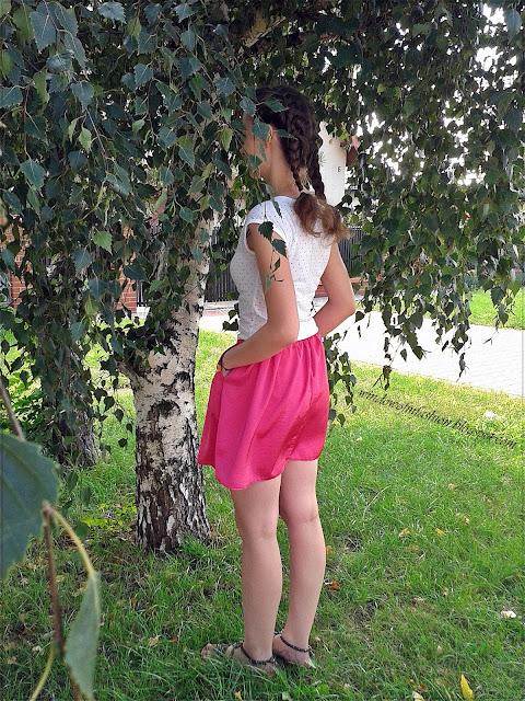 Bluzka w serduszka, różowa spódnica, sandały z ćwiekami, bransoletka z sercem, dobierane warkoczyki