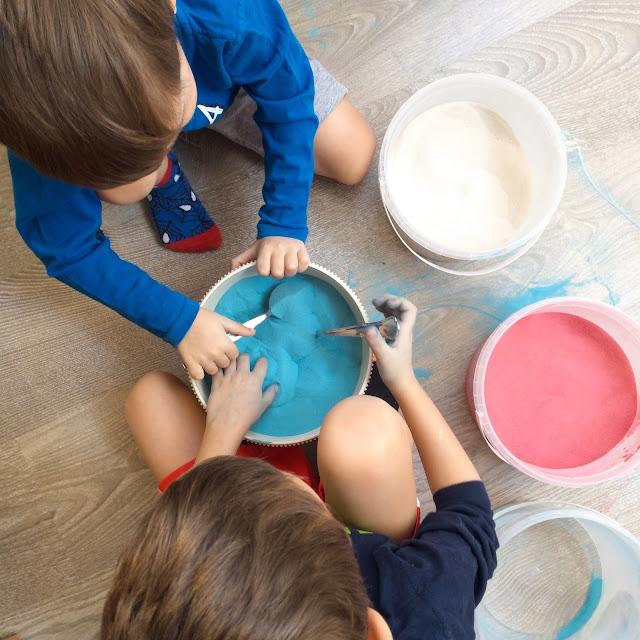 Výroba barevného písku, hrabání v něm je moc příjemné, aktivity pro nejmenší děti.