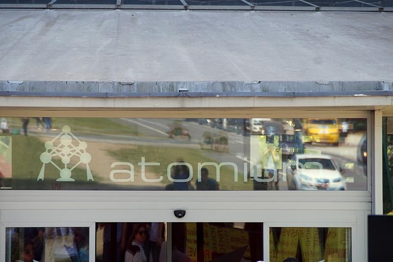 Eingang zum Atomium Brüssel im Sommer