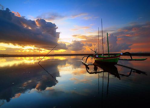 Pantai Sanur merupakan salah satu tempat Menikmati Sunrise Beach di Kawasan Wisata Pantai Sanur Bali