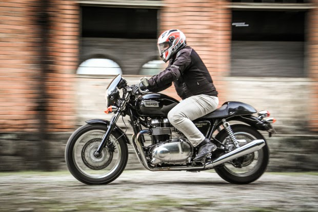 BMW R Nine T Against Triumph Thruxton