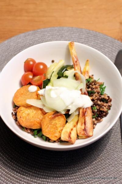 Bowl mit Ofengemüse, Linsen, Dinkel und Limettenjoghurt