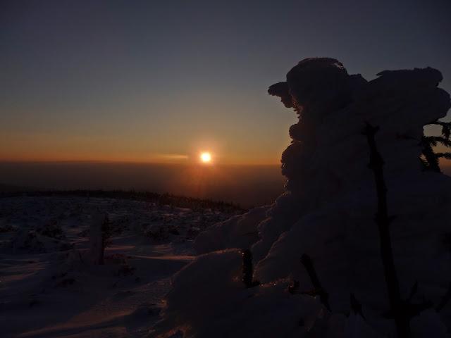 Wschód słońca z jednego z wierzchołków Babiej Góry, marzec 2016.
