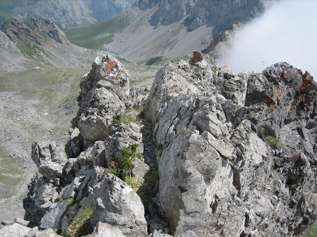 Rutas Montaña Asturias: Paso estrecho y aéreo cerca de la cima del Portillín Oriental
