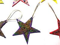 Cómo hacer estrellas brillantes de papel con niños como adornos navideños.