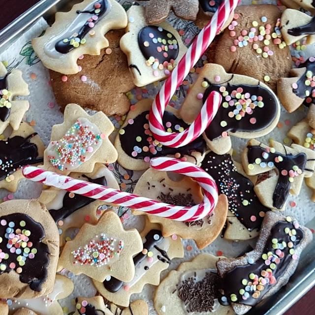 (Pressereise/Werbung) Weihnachtliches Backen auf der Ostsee: Ein Rezept für dänische Mürbeteig-Zitronen-Plätzchen. Auf Küstenkidsunterwegs nehme ich Euch mit zu unserer Weihnachtsbäckerei auf der Fähre von Deutschland nach Dänemark, von Puttgarden nach Rødby, und zeige Euch ein tolles Rezept für dänische Mürbeteig-Zitronen-Plätzchen.