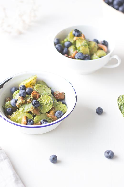 Rezept für Pellkartoffelsalat mit Rucolapesto, gebratenen Pfifferlingen und Blaubeeren. vegan. Holunderweg18