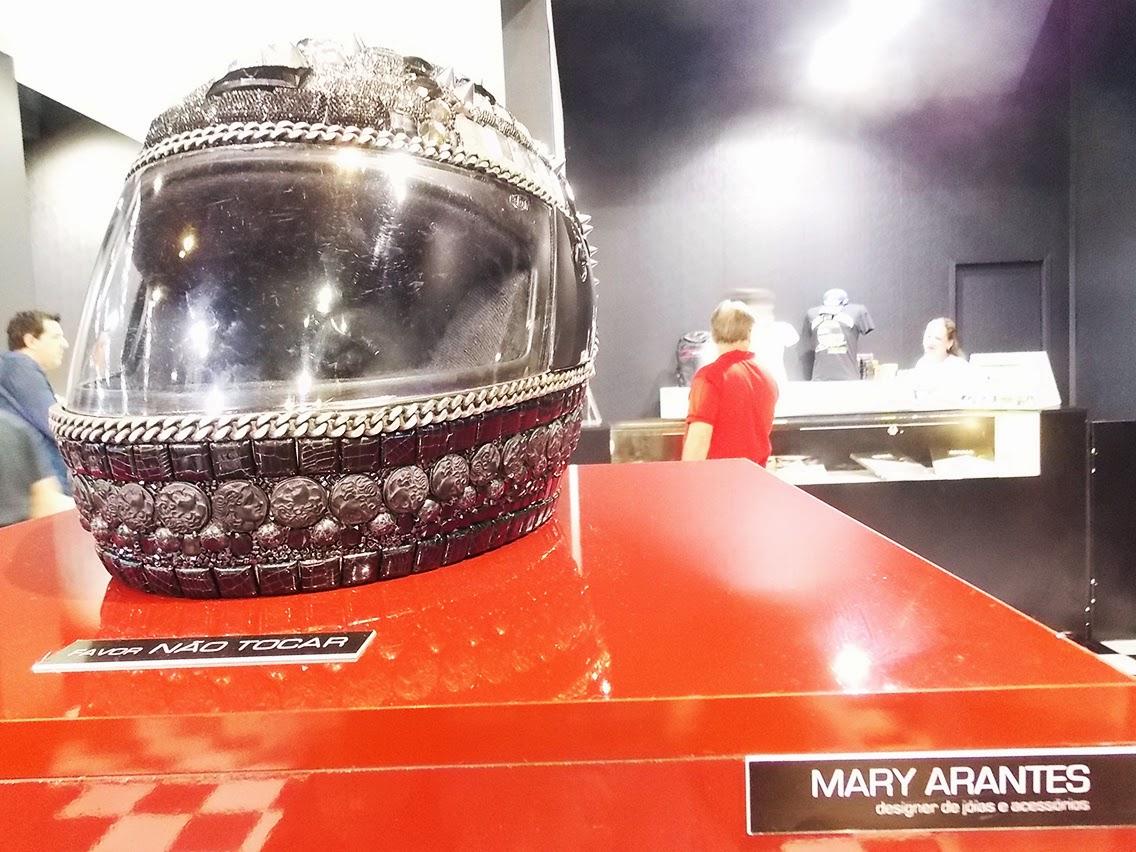 capacete feito por Mary Arantes em homenagem a Ayrton Senna