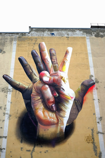 Le Chameau Bleu - Street Art - Les Mains Mur de Berlin