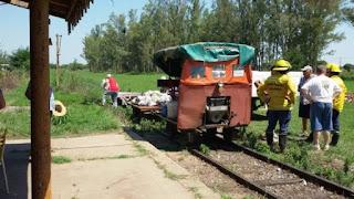 Rodeados de agua, la ayuda llegó por las vías del tren