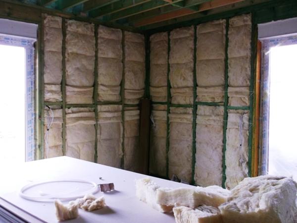 Salon w domu drewnianym przed zamknięciem ścian - bleki wypełnione wełną mineralną