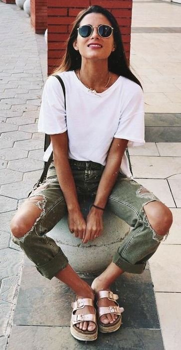 street style addiction / t-shirt + bag + distressed jeans + sandals
