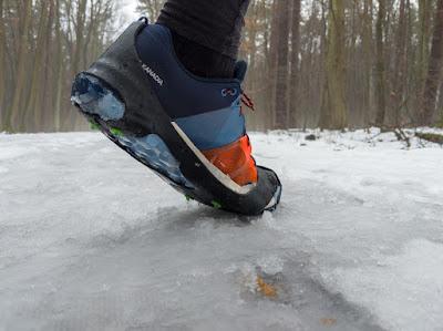 Nakładki antypoślizgowe SpringYard SportGrip podczas biegu w lesie