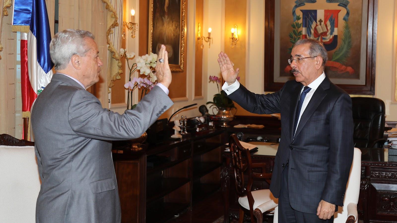 Danilo Medina juramenta a Nelson Toca Simó, ministro de Industria, Comercio y Mipymes