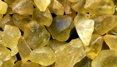 Ilmuwan Pecahkan Misteri Asal Batu Kaca Kuning Mesir Kuno