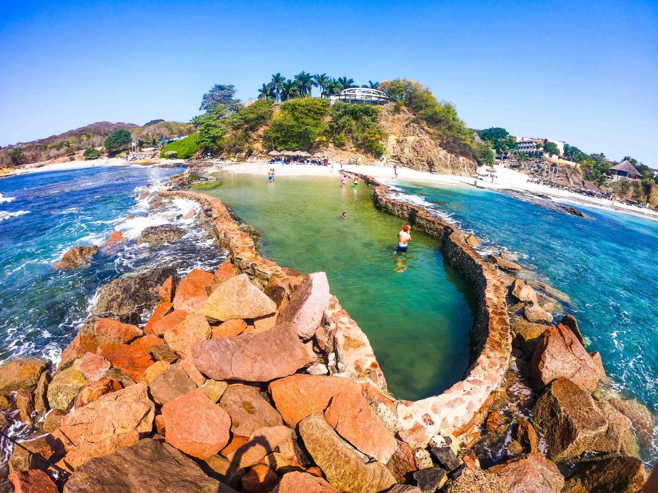 personas nadando en la alberca en Punta Mita