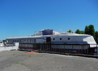 Пінськ, Кафе, збудоване з корпусу теплохода «Ракета». Теплохід носив назву «Борис Царіков».