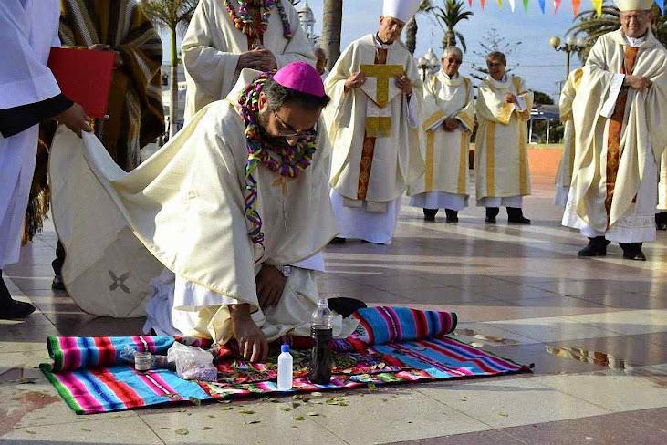 Dom Cristian Contreras, bispo de Melipilla (Chile), ajoelhado diante do altar com os sacrifícios oferecidos por um bruxo andino à Pachamama, 17 de janeiro 2015