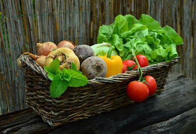 mengkonsumsi sayur dan buah - buahan untuk menghilangkan lemak