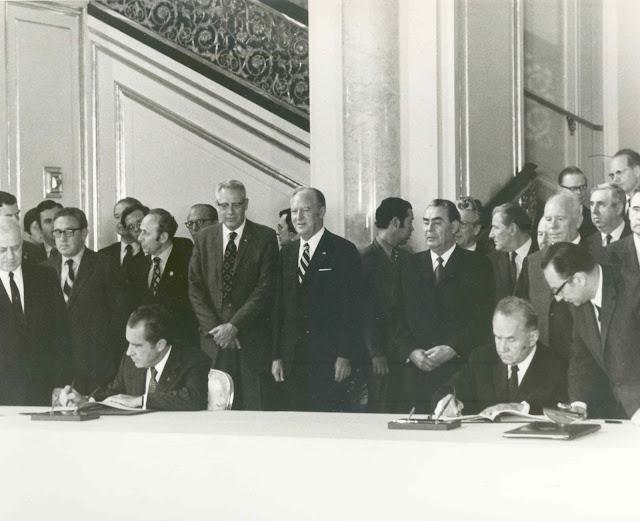 Vào ngày 24 tháng 5 năm 1972, Tổng thống Hoa Kỳ Richard Nixon và Thủ tướng Liên Xô Aleksey Kosygin đã cùng nhau ký một thỏa thuận mở đường cho dự án thử nghiệm Apollo–Soyuz. Thỏa thuận này đánh dấu sự làm mềm dẻo đi mối quan hệ cứng rắn giữa hai quốc gia. Trong năm 1975, sứ mệnh chung này là một thành tựu kỹ thuật. Bản quyền hình : NASA.