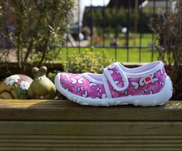 Unterwegs im Garten mit neuen Sommerschuhen (+ Verlosung). Süße Mädchen-Hausschuhe mit Schmetterlingen und flexibler Sohle von Elefanten.
