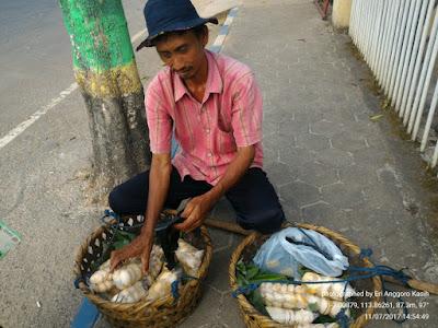 Penjual Buah Siwalan yang banyak terdapat di Sumenep Pulau Madura.